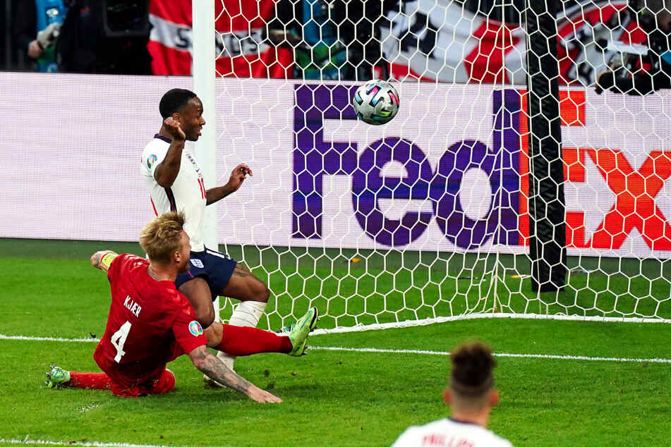 Eigentor! Dänemarks Abwehrchef Simon Kjaer (l.) will vor Raheem Sterling klären, grätscht den Ball jedoch zum 1:1 für England ins Netz.