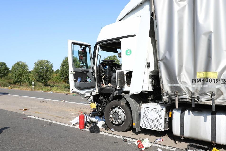 Bei einem Unfall zwischen drei Lkw auf der A4 am Kreuz Köln-West wurden mehrere Personen teils schwer verletzt.