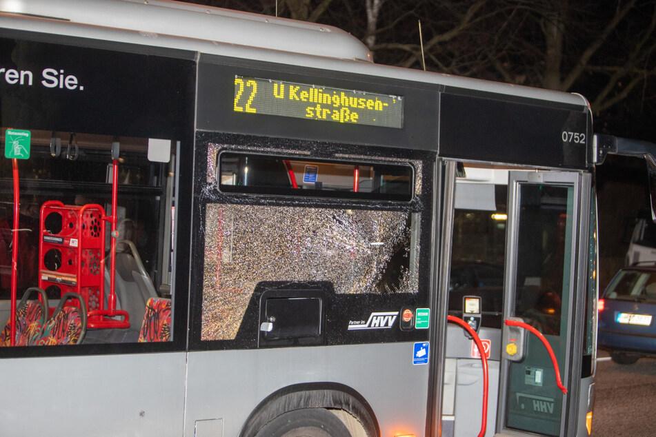Die Scheibe des Busses ist zersplittert. War es ein Schuss?
