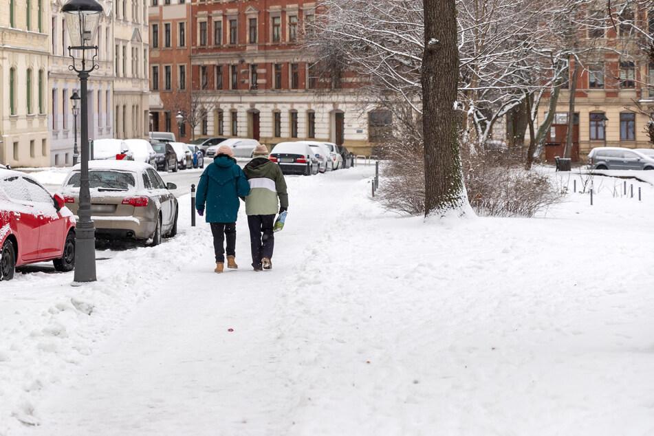 Verschneite Wege sind Sturzfallen. Am Wochenende kommt starker Frost dazu - und anschließend Regen.