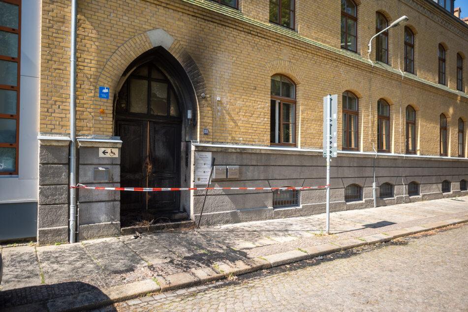 Die hölzerne Eingangstür vom Haus des Jugendrechts ist verkohlt. Unbekannte hatten davor Reifen angezündet.