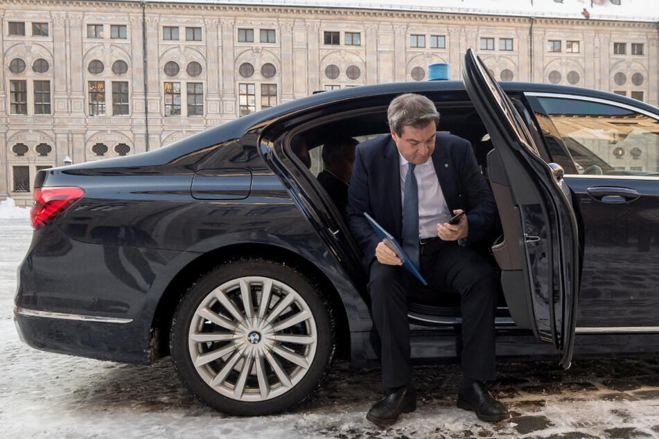 Markus Söder steigt aus seinem Dienstwagen aus. Noch immer stoßen viele Fahrzeuge zu viel CO2 aus. (Archiv)