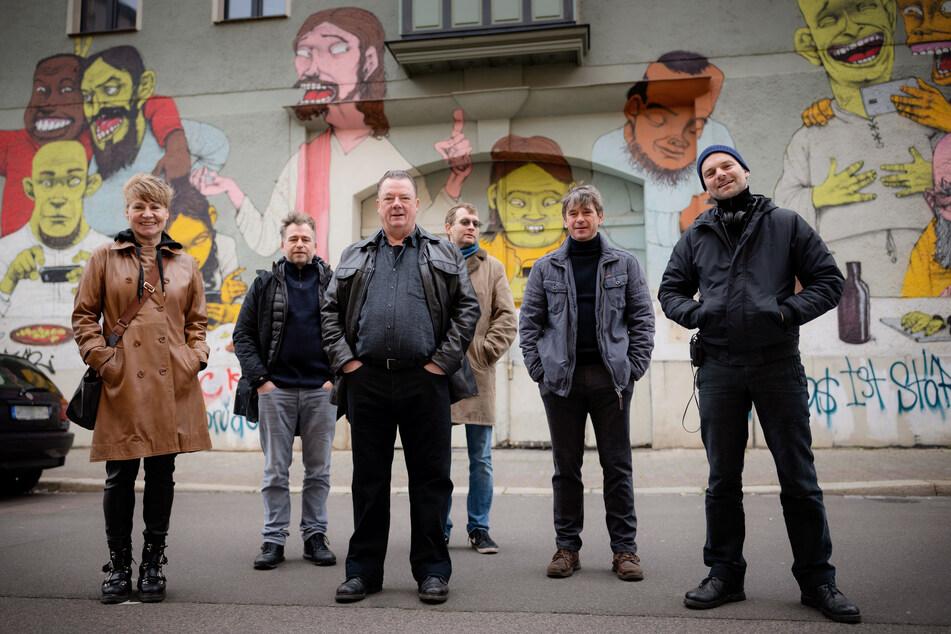 """Das Jubiläums-Team: Derzeit wird in Halle ein neuer """"Polizeiruf""""-Film für den 50. Geburtstag der Krimiserie produziert. Als Ermittler fungieren dabei Peter Kurth als Henry Koitzsch (3. v.l.) und Peter Schneider (2.v.r.) als Michael Lehmann."""