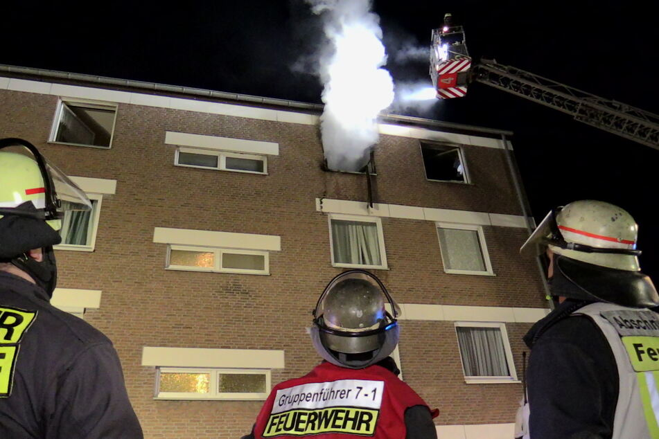 Zwei Verletzte nach nächtlichem Zimmerbrand