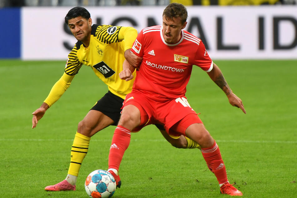 Die Aufholjagd wurde nicht belohnt. Max Kruse (33/r.) hatte gegen Dortmunds Mo Dahoud (25/l.) das Nachsehen.