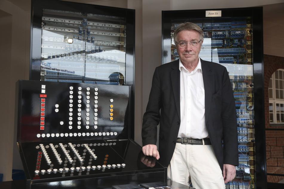 Horst Zuse zeigt den Nachbau des weltweit ersten Computers Z3, den einst sein Vater Konrad erfunden hat.