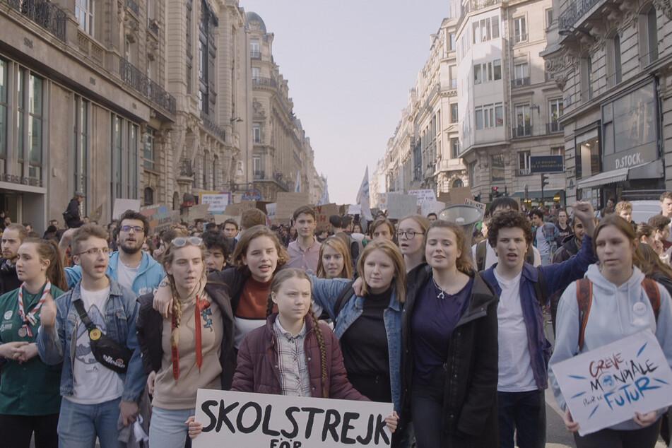 """Die schwedische Umweltaktivistin Greta Thunberg (17, 4.v.l.) in einer Szene der Dokumentation """"Greta"""". Der Film wurde am Freitag bei den 77. Internationalen Filmfestspielen in Venedig vorgestellt."""