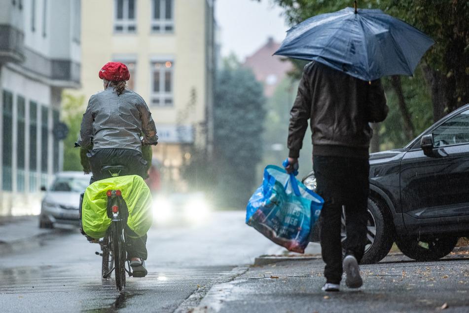 Auch für Sonntag erwarten die DWD-Meteorologen häufige Schauer und kurze Gewitter, die Höchstwerte liegen zwischen 14 und 17 Grad. (Symbolfoto)