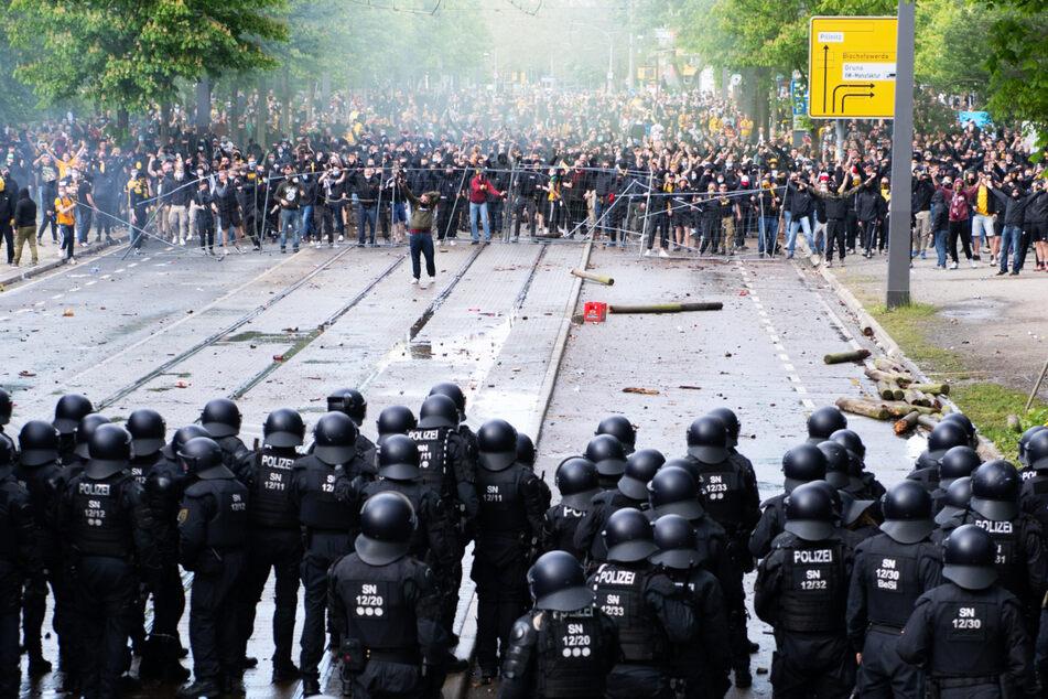 Ein eindrückliches Foto, das wohl noch lange in Erinnerung bleibt: Auf der einen Seite die Polizei, auf der anderen Dynamo-Anhänger.