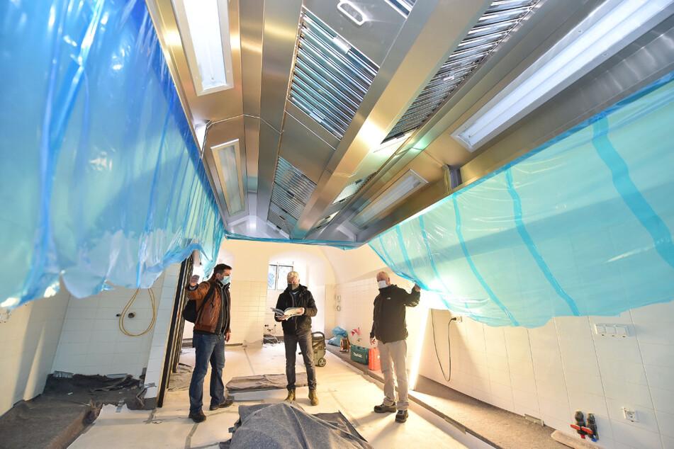 So sieht eine moderne Schlossküche aus. TAG24-Reporter Torsten Hilscher (52, M.) mit Schlossbaumeister Holger Krause (49, r.) und dem Sprecher des Bauherren SIB, Alwin Zipfl (47).