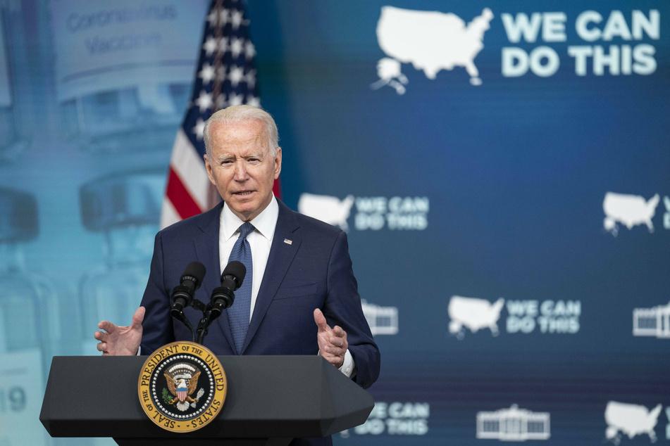 Biden touts vaccine mandates on trip to Chicago area