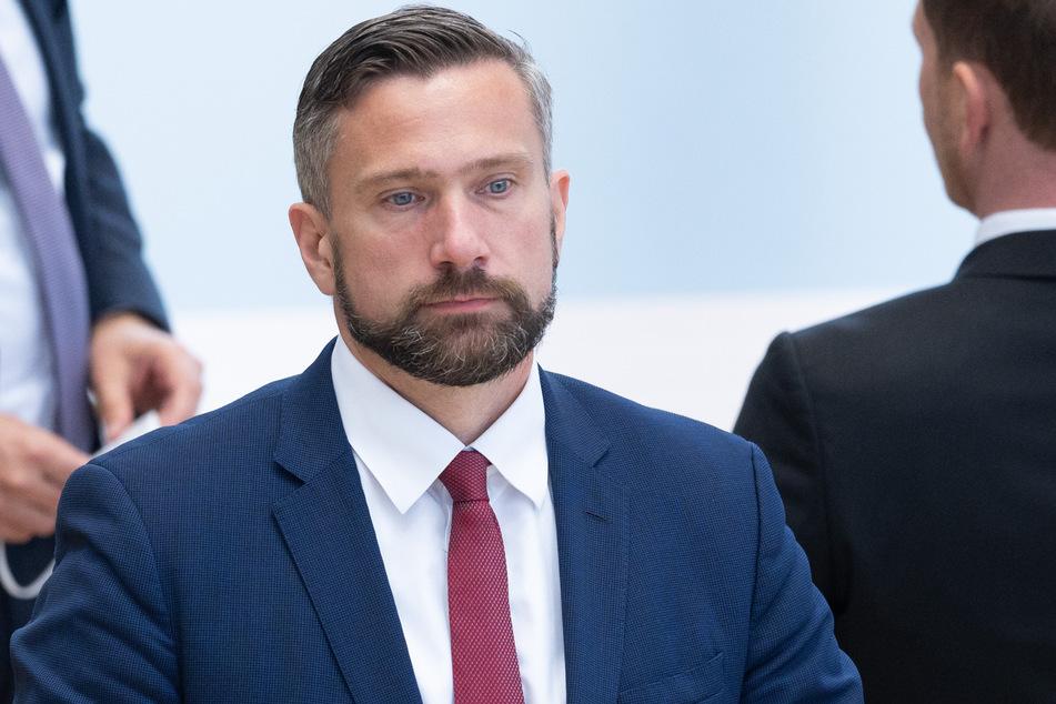 Wirtschaftsminister Martin Dulig (47, SPD) noch immer mit Vollbart unterwegs.