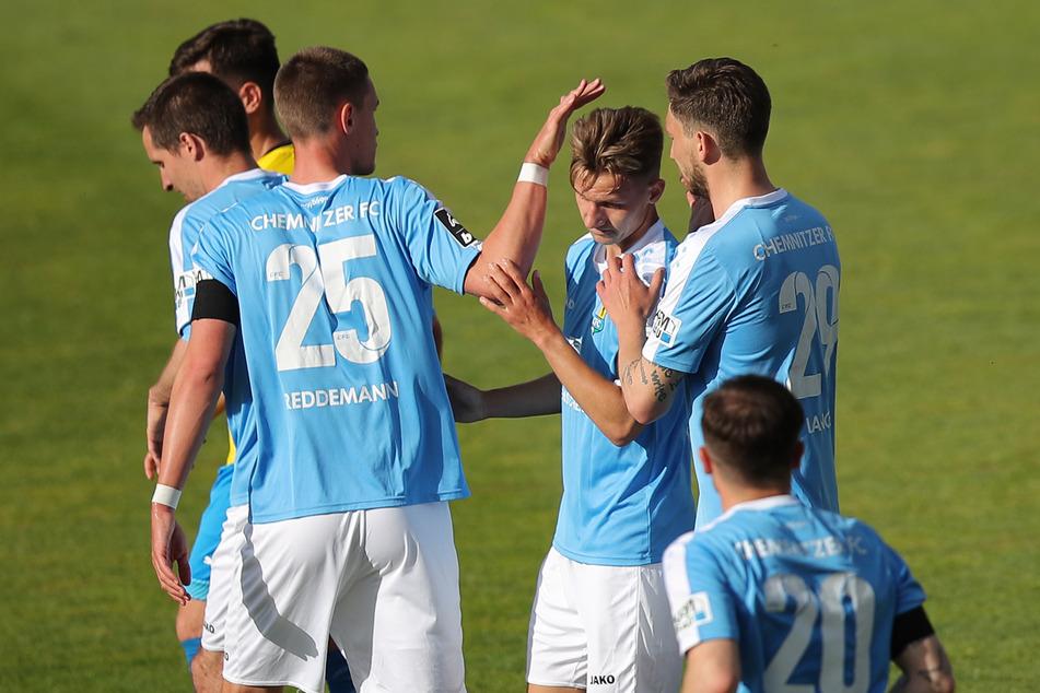 Erik Tallig (M) vom Chemnitzer FC jubelt mit seinen Kollegen Matti Langer (h.r.) und Sören Reddemann (M.l.) über seinen Treffer zum 1:0.