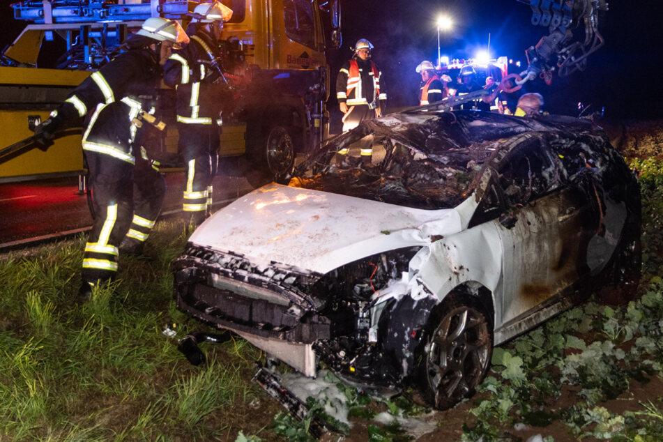 Auto mit drei Insassen überschlägt sich und brennt vollständig aus