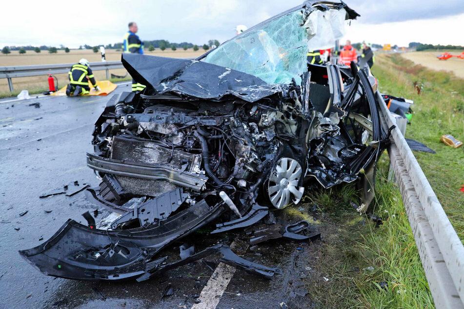 Ein Opelfahrer war bei Ribnitz-Damgarten zum Überholen ausgeschert. Dabei krachte sein Fahrzeug frontal in den Kleinbus.