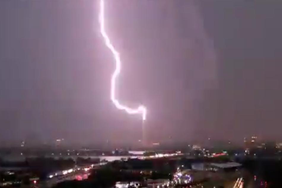 Hier schlägt der Blitz in das Monument ein.