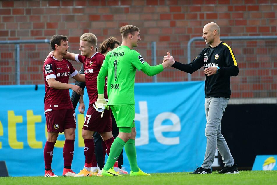 Dynamo-Trainer Alexander Schmidt (52, r.) und Keeper Kevin Broll (25, 2.v.r.) klatschen sich nach dem 2:0-Sieg in der Vorwoche gegen Uerdingen ab.