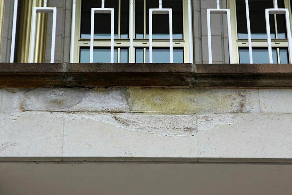 Zerbröckelter Sandstein - die Elemente sollen nun ausgetauscht werden.