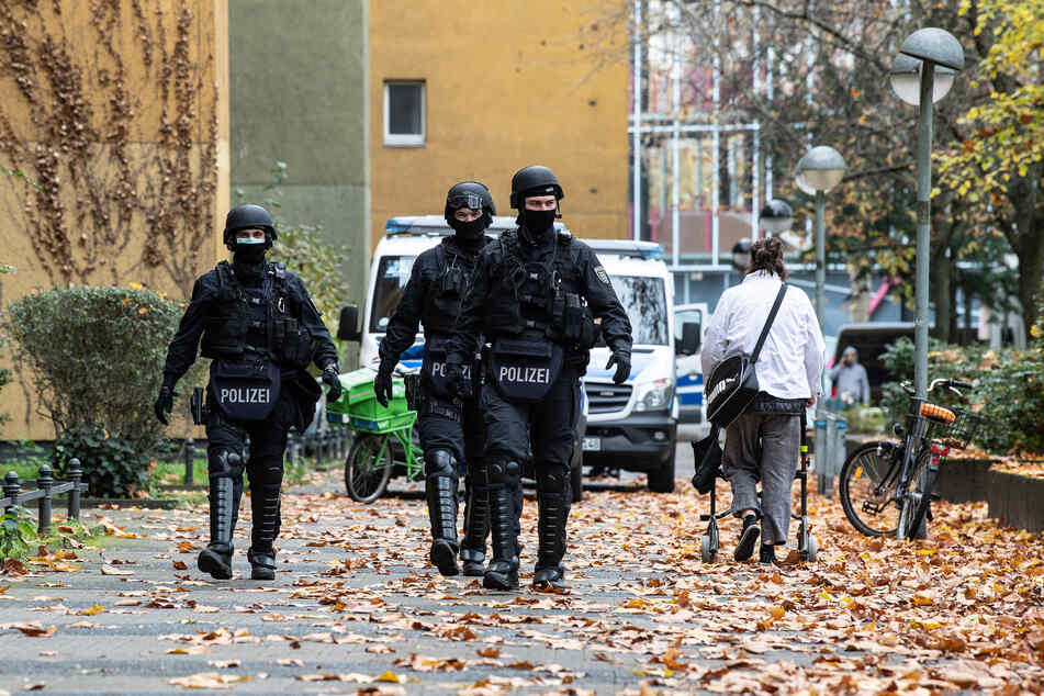 Polizeibeamte gehen zu einem Wohnhaus an der Gitschiner Straße. Am Morgen wurden bei einer Razzia in Berlin 18 Objekte durchsucht.
