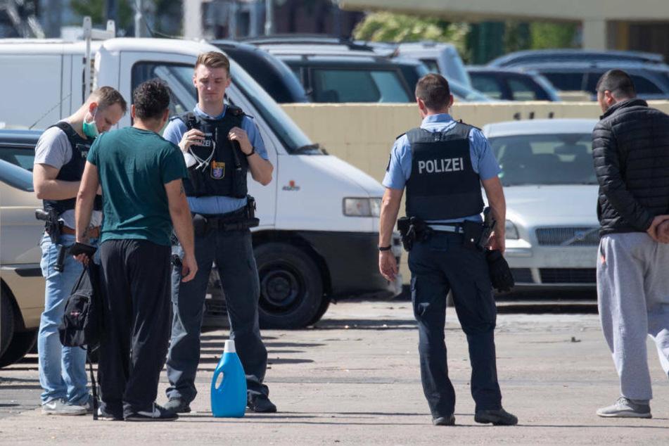 Polizei und Feuerwehr mit Steinen attackiert: Es war wohl Hinterhalt!