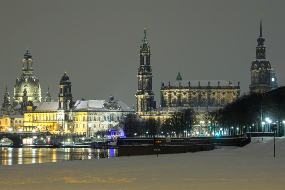 Dresden: Blick am Abend über das verschneite Elbufer vor der Altstadt mit der Frauenkirche, dem Ständehaus, der Hofkirche, dem Hausmannsturm und dem Rathaus.