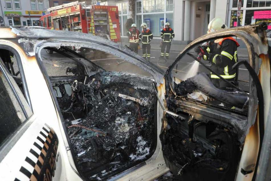 Taxi fängt während der Fahrt Feuer