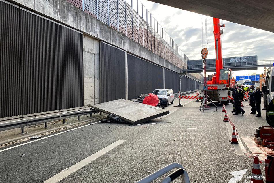 Ein Betonteil einer Lärmschutzwand liegt auf der Autobahn 3 auf einem Pkw. Bei dem Unfall wurde eine Kölnerin (66) getötet.