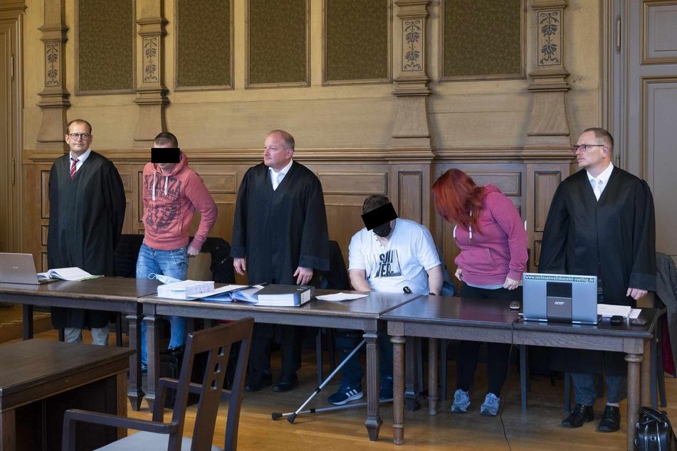 Die Angeklagten Andy R. (33, v.l.), Sebastian G. (31) und Doreen F. (25) mit ihren Anwälten in schwarzer Robe.