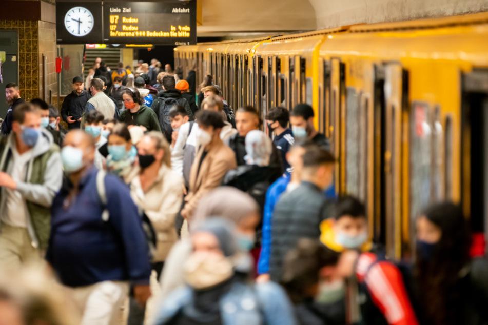 Zahlreiche Fahrgäste steigen am Berliner U-Bahnhof Neukölln in eine U-Bahn ein oder kommen aus den Türen heraus. (Symbolbild)