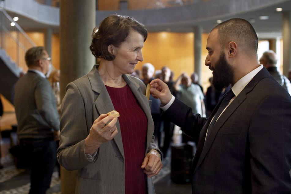 """Justizministerin Elisabeth (Karen-Lise Mynster) witzelt mit ihrem Assistenten Farshad (Hadi Ka-Koush) beim Empfang zur Eröffnung eines neuen Gefängnisses in einer Szene aus """"Wenn die Stille einkehrt""""."""