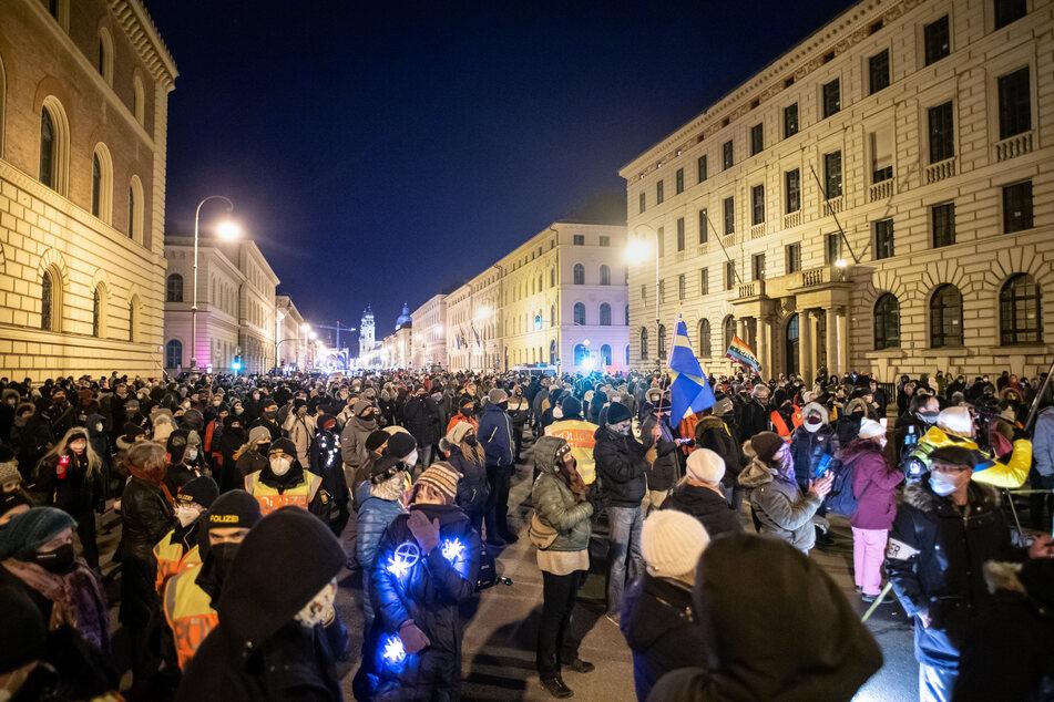 Hunderte Versammlungsteilnehmer stehen während einer Demonstration der Querdenken-Bewegung vor dem Bayerischen Verfassungsgerichtshof.