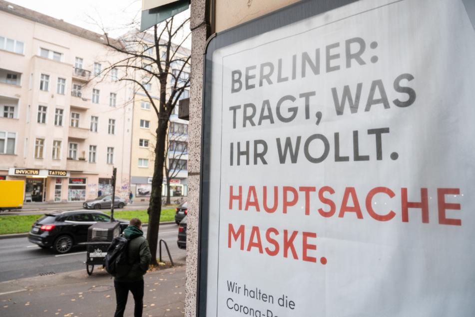 """Auf einem Schild an einer Straße steht geschrieben: """"Berliner: Tragt, was ihr wollt. Hauptsache Maske."""""""