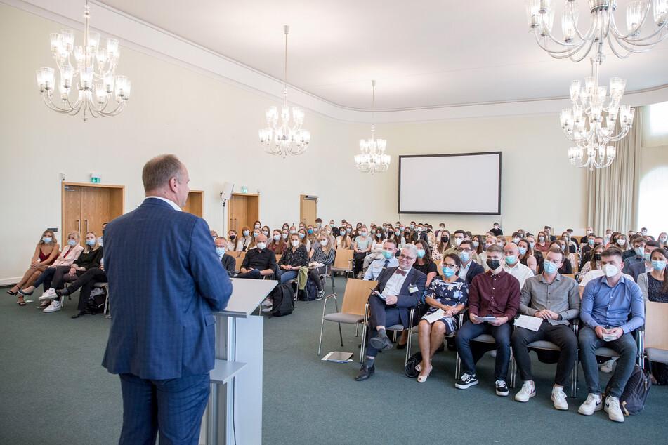 """""""Wir bauen auf ihre neuen Ideen und Innovationsimpulse"""", sagte OB Dirk Hilbert (49, FDP) den neuen Azubis und Studenten."""