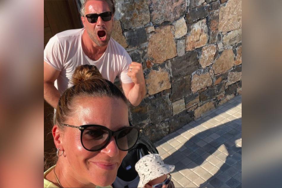 Sasha (49) verbringt mit seiner Frau Julia (37) den Urlaub in Griechenland.
