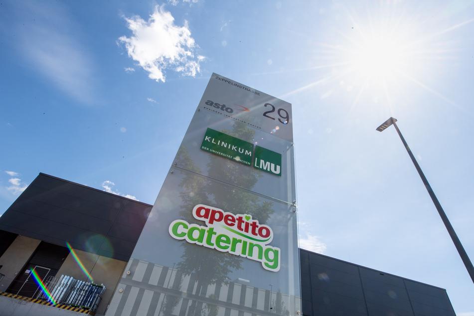Das Logo vom Klinikum der Universität München und das Logo von Apetito Catering sind vor einem Gebäude des Catering-Unternehmens im Gewerbepark Gilching zu sehen. Nach dem Corona-Ausbruch bei dem Cateringunternehmen im Landkreis Starnberg versuchen die Behörden mit Hochdruck, eine weitere Ausbreitung zu verhindern.