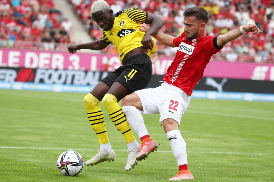 Can Coskuns (r.) unglückliche Aktion vor dem 1:2 für Dortmund kostete Zwickau einen Punkt. Hier duelliert er sich mit Richmond Tachie.