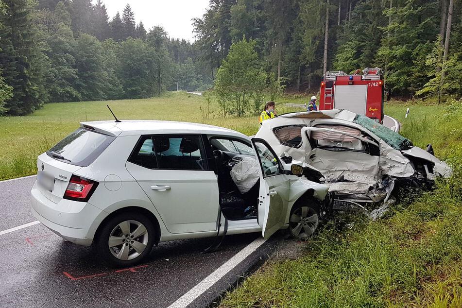 Autos krachen ineinander: Frau stirbt bei Unfall