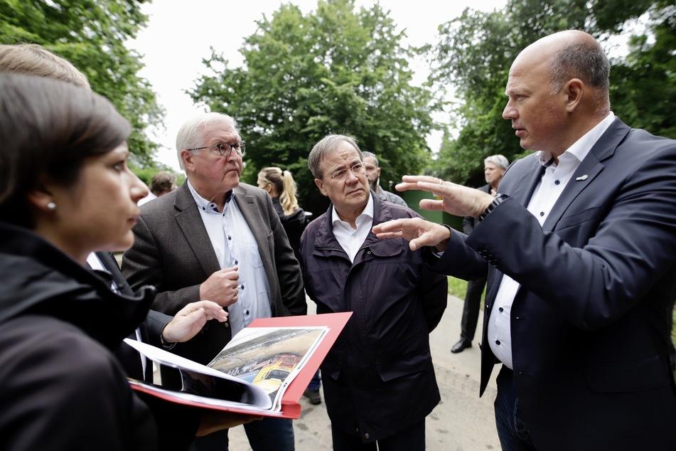 Nordrhein-Westfalen, Erftstadt: Bundespräsident Frank-Walter Steinmeier (2.v.l.) und Ministerpräsident Armin Laschet (3.v.l., CDU) sprechen mit Landrat Frank Rock (r) in Erftstadt (Nordrhein-Westfalen).
