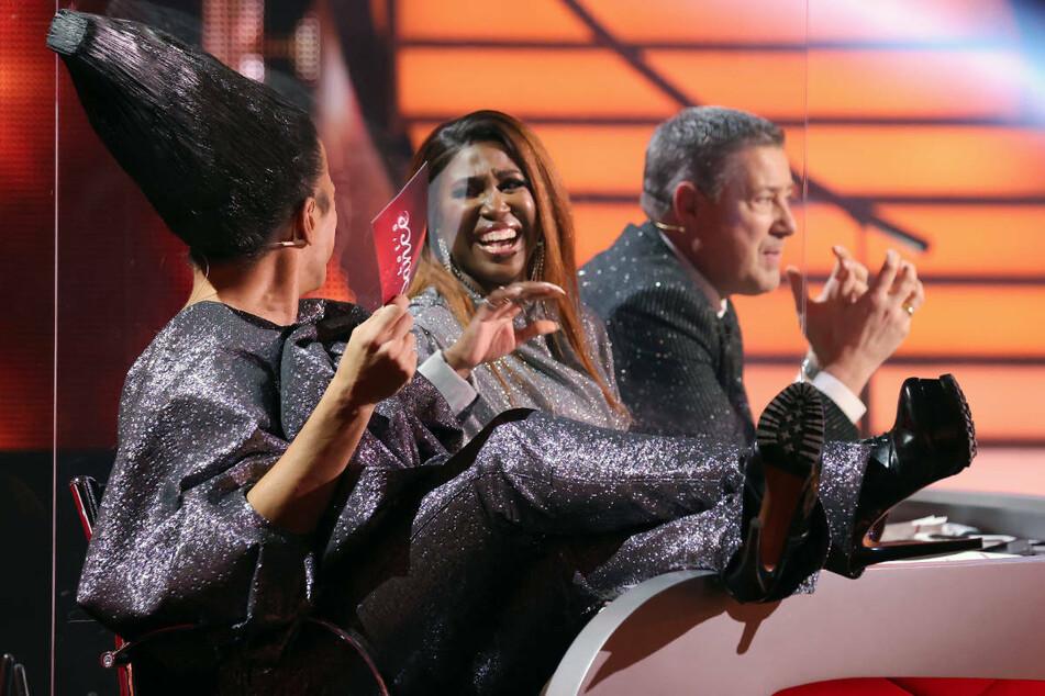 """In der """"Let's Dance""""-Jury herrschte am Freitagabend beste Laune - vor allem bei Motsi Mabuse (M.)."""