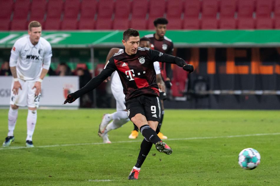 Robert Lewandowski verwandelt abgeklärt vom Punkt zur 1:0-Führung für die Bayern.