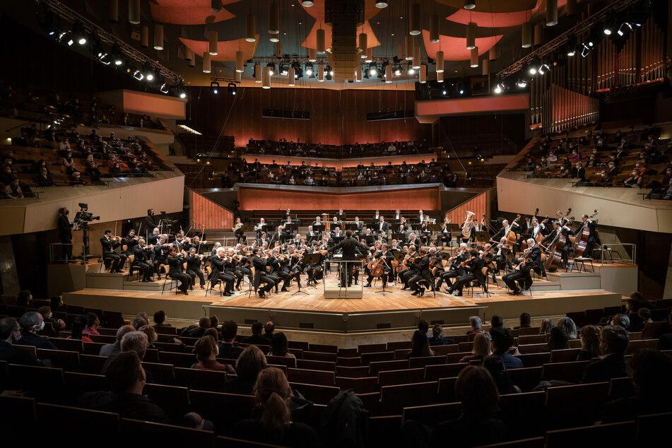 Musiker spielen auf der Bühne ein Konzert. Die Berliner Philharmoniker haben erstmals seit Monaten wieder vor einem größeren Publikum gespielt.