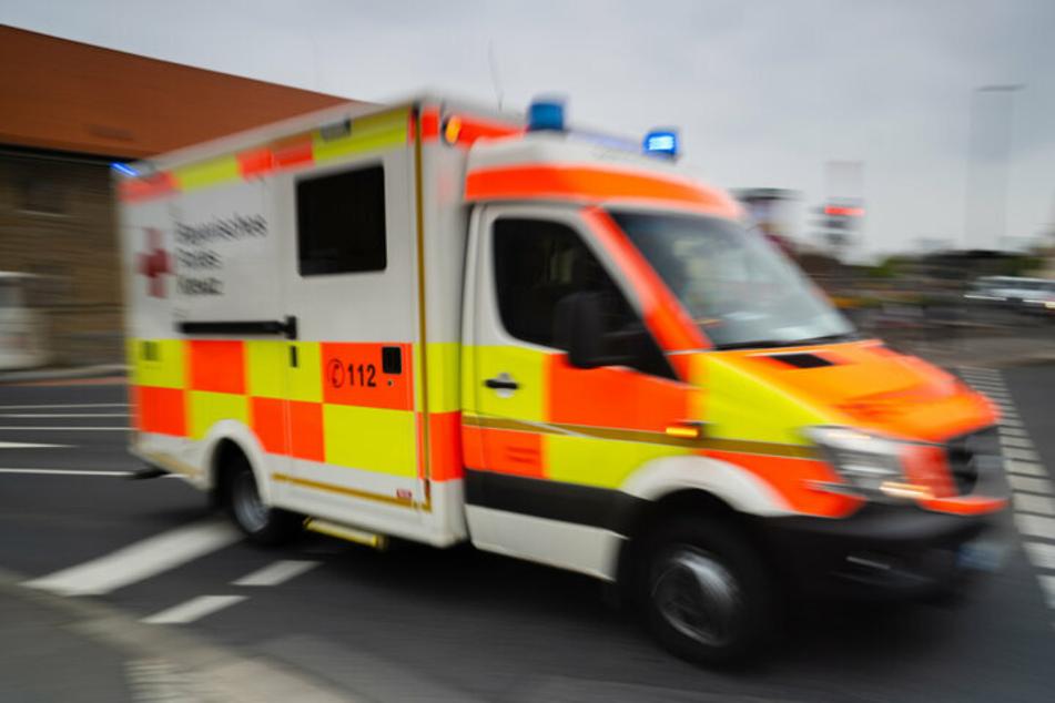 Weil eine Frau bei Rot über eine Ampel fuhr, verletzte sie einen Fußgänger und sich selbst. Sie war womöglich alkoholisiert. (Symbolbild)