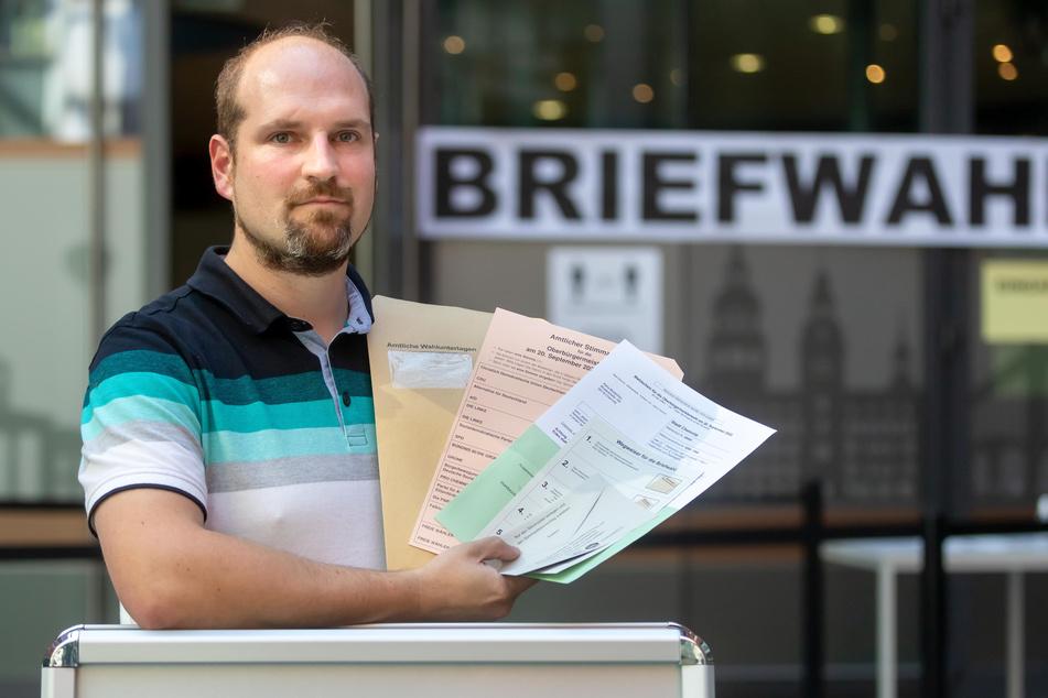 Briefwahlchef Dr. Matthias Schieck (38) mit den Wahlunterlagen. Viele Chemnitzer folgen den Empfehlungen der Stadt und setzen ihr Kreuz zu Hause.