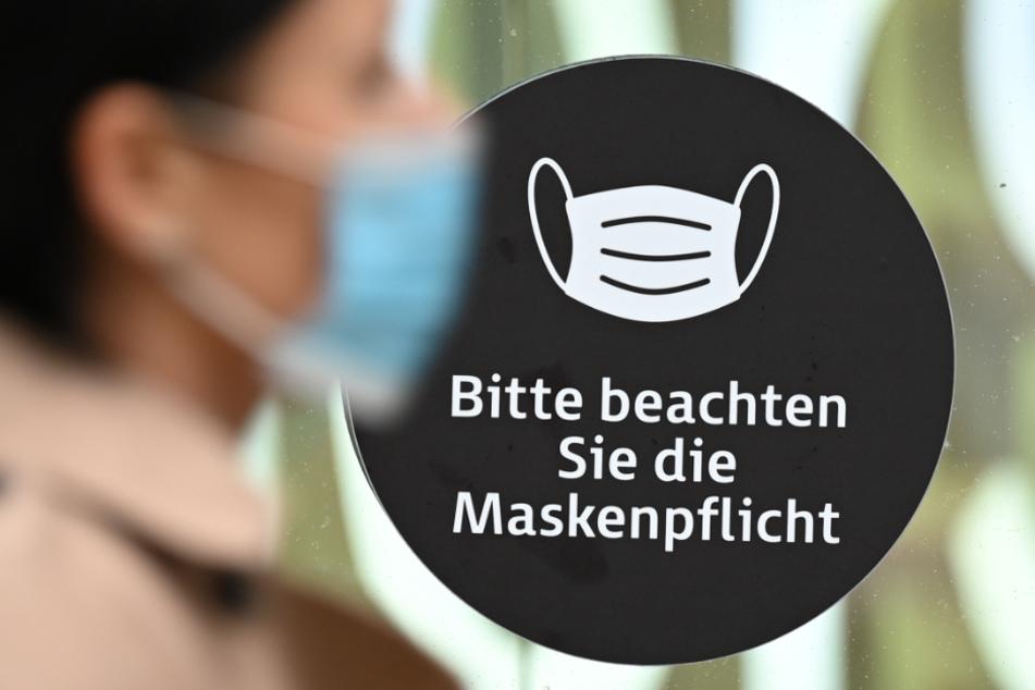 Ab Montag sollen in Baden-Württemberg eine weitere Verschärfung der Maskenpflicht in der Öffentlichkeit sowie zusätzliche Kontaktbeschränkungen gelten.