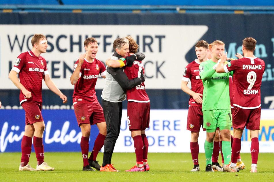 Kollektiver Jubel von Tim Knipping (28, 2.v.l.) & Co. nach dem 3:1-Sieg in Rostock am 21. November. Dürfen die Dynamos nun auch im eigenen Stadion jubeln?