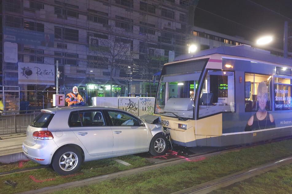"""Der Golf krachte frontal gegen eine Tram der Linie S2, die zu diesem Zeitpunkt an der Haltestelle """"Mühlburger Tor"""" stand."""