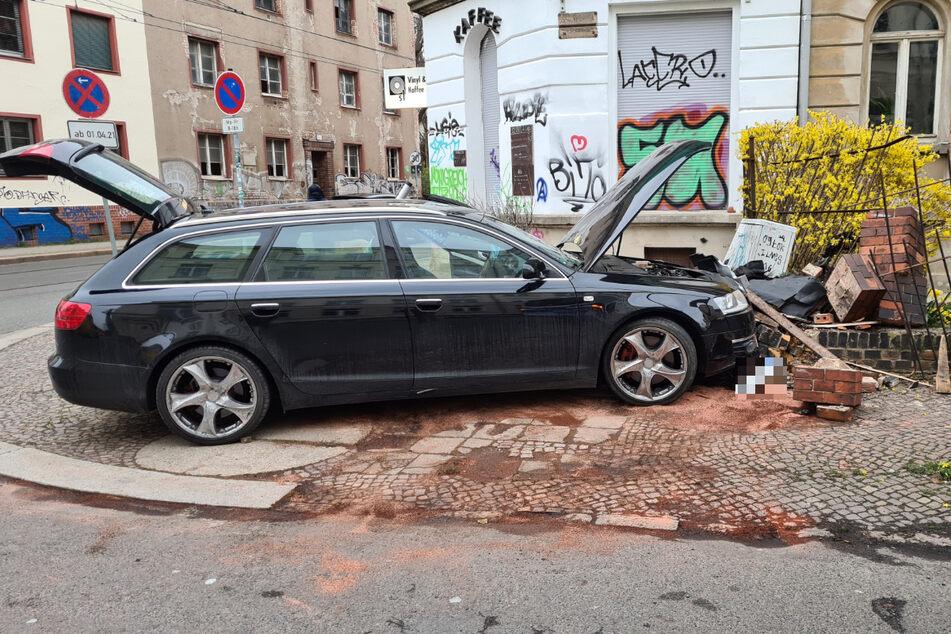 Diese Spritztour ging mächtig schief: In Leipzig hat ein 17-Jähriger gleich zwei Unfälle mit einem Audi gebaut, den er zuvor von einem Familienmitglied gestohlen hatte.
