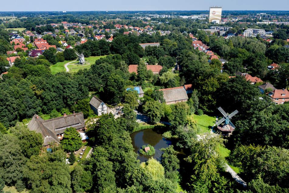 Historische Gebäude stehen in der weitläufigen Parkanlage im Museumsdorf Cloppenburg.