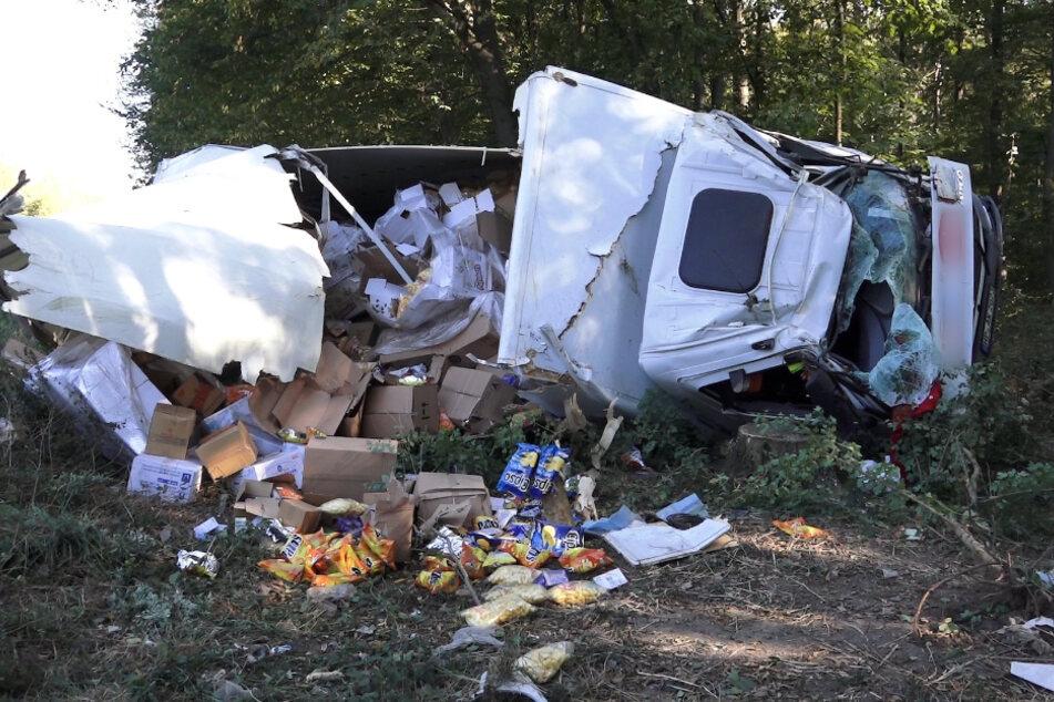 Laster mit Lebensmittel verunfallt: Fracht ergießt sich aus Laderaum