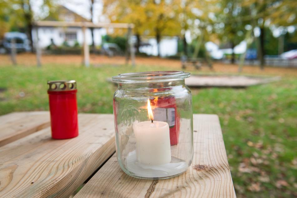 Kerzen stehen auf einem Tisch eines Kinderspielplatzes. Hier wurde am 22. Oktober 2020 der 22-jährige Mohamed C. tot aufgefunden.